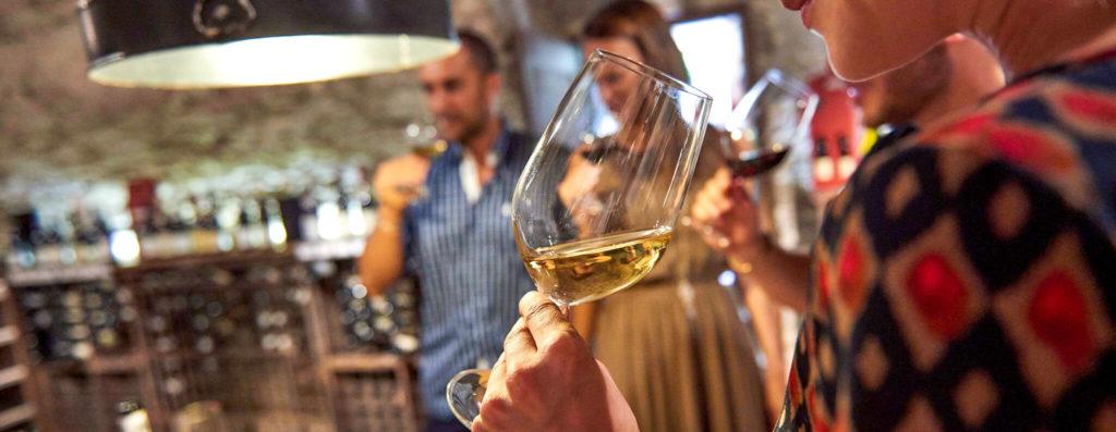 Un groupe de personnes faisant une dégustation de vin