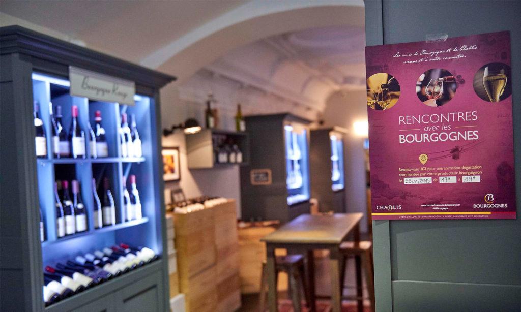 Aperçu d'une cave à vin avec l'affiche des Rencontres avec les Bourgognes