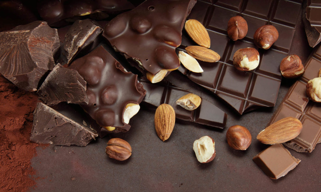 Morceaux de chocolat avec amandes et cacao