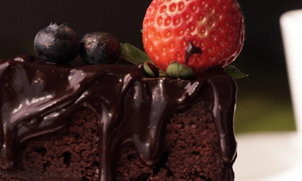 Zoom sur une part de gâteau au chocolat avec une fraise